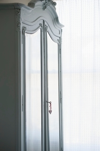 Mirrored wardrobe with heart-shaped lock and keyの写真素材 [FYI03643405]