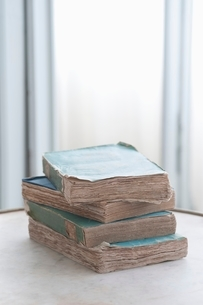 Stack of four old booksの写真素材 [FYI03643407]