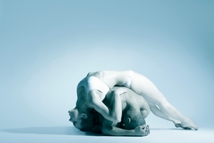 Woman in underwear leans backwards over dance partnerの写真素材 [FYI03643416]