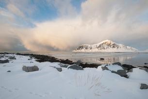 Coastal landscape on Flakstadoya island Loftofen Norwayの写真素材 [FYI03643424]
