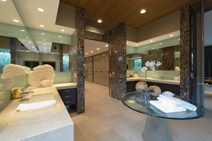 Spacious mirrored bathroom in California homeの写真素材 [FYI03643458]