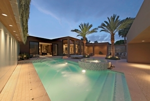 LIt pool and exterior of Californian homeの写真素材 [FYI03643463]
