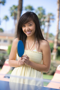 Young woman playing table tennis portraitの写真素材 [FYI03643603]