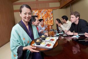 Waitress serving sushi to restaurantの写真素材 [FYI03643624]