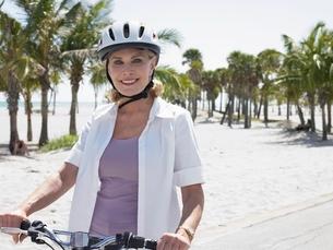 Senior Woman Cyclingの写真素材 [FYI03643651]