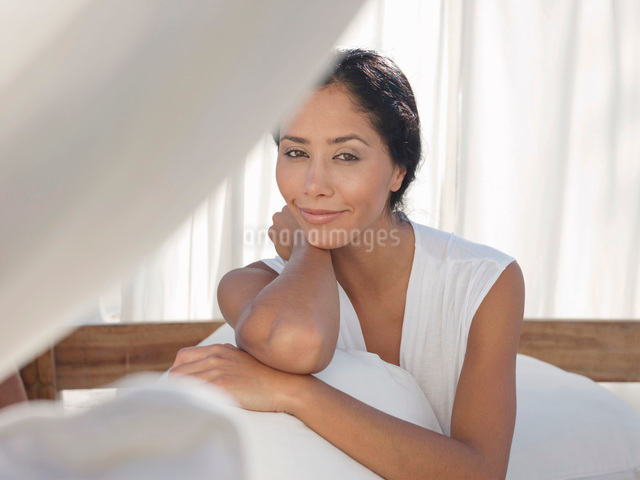 Portrait of mid-adult relaxed womanの写真素材 [FYI03643704]