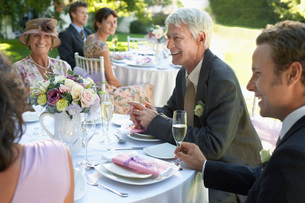 Wedding guests sitting at tableの写真素材 [FYI03643930]