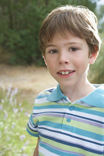 Portrait of boy (5-6) in striped polo t-shirtの写真素材 [FYI03644305]