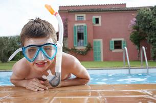 Portrait of boy (10-12) in pool wearing snorkelling maskの写真素材 [FYI03644322]