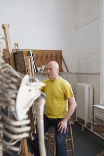 Artist drawing skeleton in studioの写真素材 [FYI03644355]