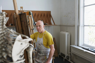 Artist drawing skeleton in studioの写真素材 [FYI03644357]