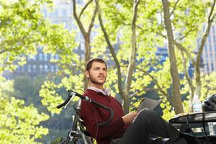 Man relaxing in parkの写真素材 [FYI03644391]