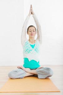 Teenage girl (16-17) performing yogaの写真素材 [FYI03644450]