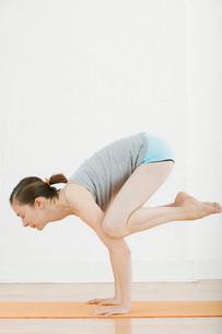 Teenage girl (16-17) performing yogaの写真素材 [FYI03644460]