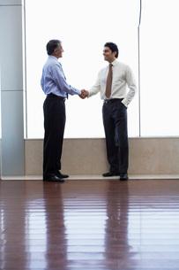 Businessmen shaking handsの写真素材 [FYI03644480]