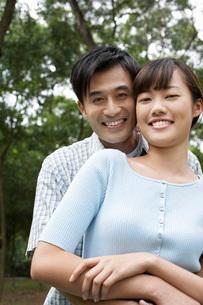 Mid adult couple embracing in park portraitの写真素材 [FYI03644528]