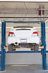 Cars on hoist at repair shopの写真素材 [FYI03644656]