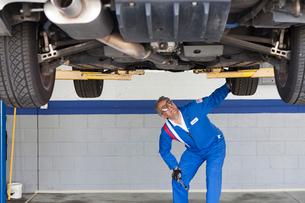Mechanic checking the car at automobile repair shopの写真素材 [FYI03644658]