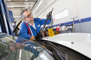 Senior mechanic working on windshield wipersの写真素材 [FYI03644670]