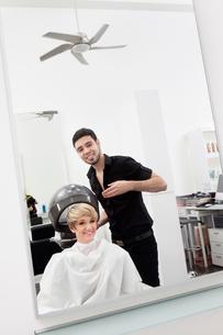 Woman under hair dryer at beauty salonの写真素材 [FYI03644675]