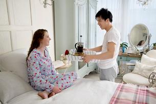 Man bringing wife breakfast in bedの写真素材 [FYI03644704]