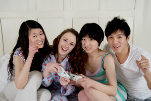 Friends playing video gameの写真素材 [FYI03644711]