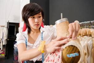 Woman working on dressmaker's dummyの写真素材 [FYI03644816]