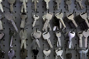 Keys hanging on hooks in storeの写真素材 [FYI03644909]