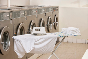 Ironing board with washing machines in Laundromatの写真素材 [FYI03644928]
