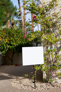 Real estate sign board outside houseの写真素材 [FYI03644937]