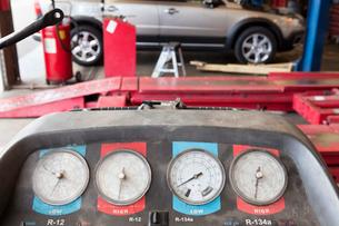 Close-up of a hoist pressure gauge in garageの写真素材 [FYI03644960]