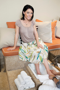 Portrait of a beautiful mid adult woman pampering with pedicの写真素材 [FYI03645034]