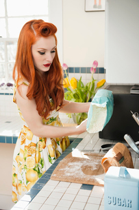 Young redheaded woman in preparation for bakingの写真素材 [FYI03645089]