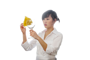Asian house cleaner cleaning glass with backlit over white bの写真素材 [FYI03645132]