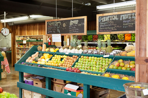 Fresh fruits stall with text on blackboard in supermarketの写真素材 [FYI03645143]