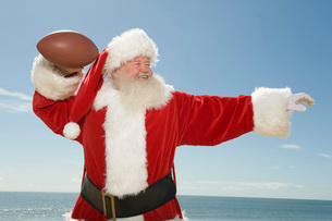 Father Christmas prepares to throw a rugby ballの写真素材 [FYI03645211]