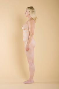 Side view of a naked womanの写真素材 [FYI03645277]