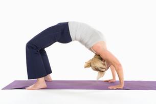 Woman in backbend yoga poseの写真素材 [FYI03645309]