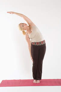 Mature woman doing stretching exerciseの写真素材 [FYI03645314]