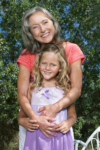 Portrait of grandmother and granddaughter (5-6) in gardenの写真素材 [FYI03645363]
