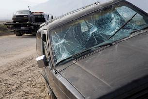 Car with broken windshield on roadsideの写真素材 [FYI03645433]