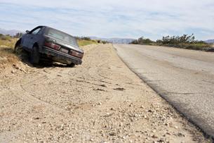 Abandoned car on roadsideの写真素材 [FYI03645441]