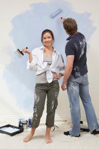 Couple painting wallの写真素材 [FYI03645554]