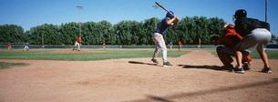 Baseball players on playing fieldの写真素材 [FYI03645594]