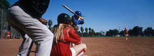 Girls (13-17) playing baseballの写真素材 [FYI03645605]