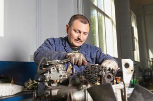 Mechanic Working on Motorの写真素材 [FYI03645640]
