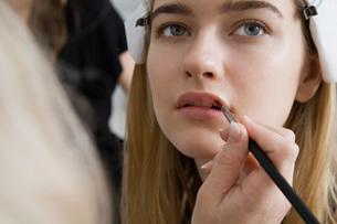 Model Having Makeup Appliedの写真素材 [FYI03645670]