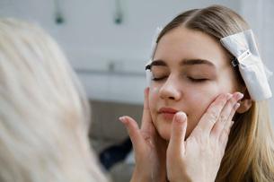 Model Having Makeup Appliedの写真素材 [FYI03645671]