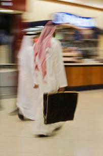 Dubai UAE Two men traditionally dressed in dishdashs and gutの写真素材 [FYI03645766]
