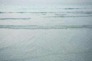 Dubai UAE Tiny ripples in Arabian Gulf at sunset on public bの写真素材 [FYI03645782]